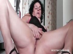 Leg spread mature hottie vibing her pink horny cunt
